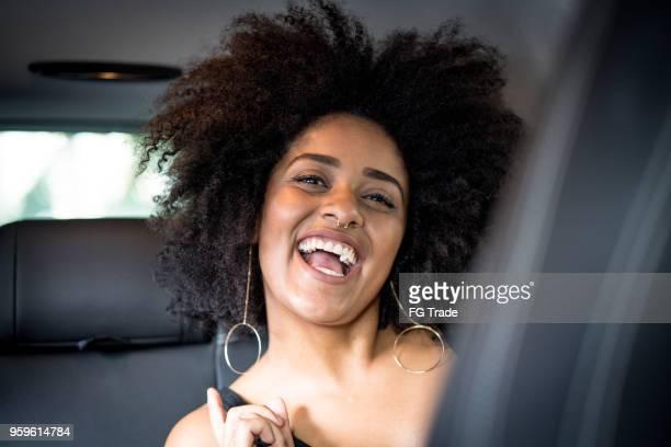 高級車の中のアフロの若い系女 - 中南米 ストックフォトと画像
