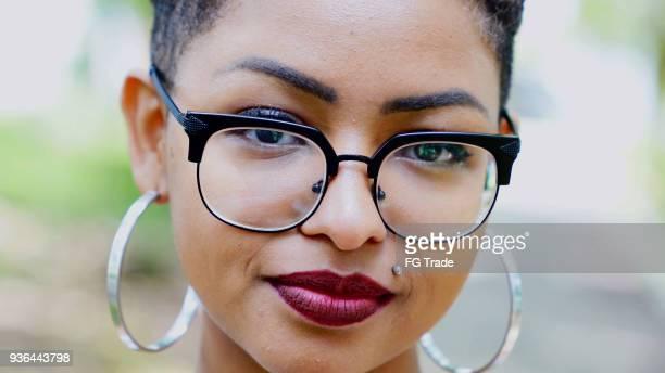 Junge Afro Abstieg Frau Porträt