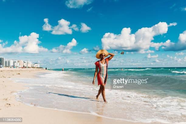 afro-karibische frau genießt sommer am strand in den usa - miami beach miami stock-fotos und bilder