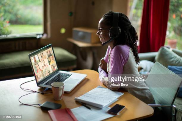 afro-caribbean woman working from home during the covid lockdown -  eラーニング ストックフォトと画像