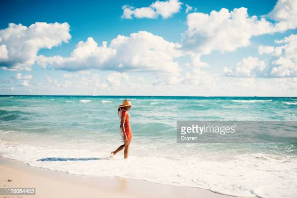 afro-latino woman enjoys summer at the beach in usa - costa del golfo degli stati uniti d'america foto e immagini stock