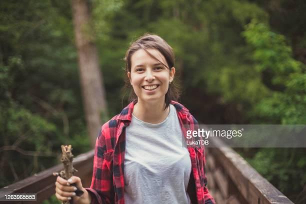 na een lange wandeling - paardenstaart haar naar achteren stockfoto's en -beelden