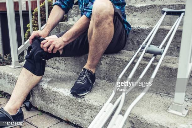 サッカーで事故が起こった後、彼はいくつかの試合をスキップしなければならないだろう - 杖 ストックフォトと画像