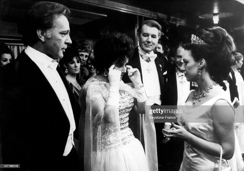 Elizabeth Taylor and Richard Burton at the Royal Film Performance : Nieuwsfoto's