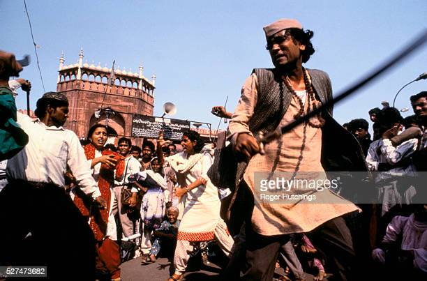 After Hindu and Moslem communities clashed in riots all over North India in1990 a theatre in education group acts out a scene of communal violence in...