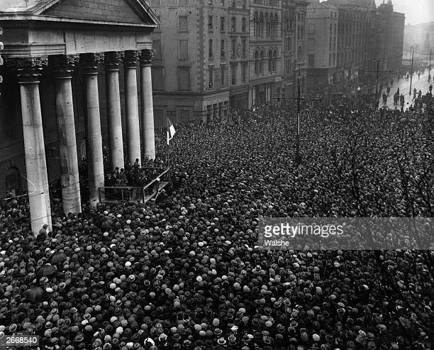 After signing the Treaty establishing the Free State, Irish politician and Sinn Fein leader Michael Collins addresses the Dublin crowd at College...