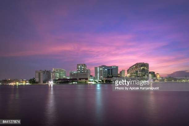 after sunset at the faculty of medicine siriraj hospital, bangkok, thailand. - siriraj hospital stock pictures, royalty-free photos & images