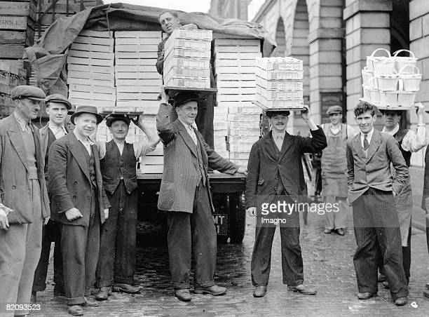 After the end of the sanctions against Italy italian fruits are brought to the Covent Garden Market Photograph England London 1936 [Nach dem Ende der...