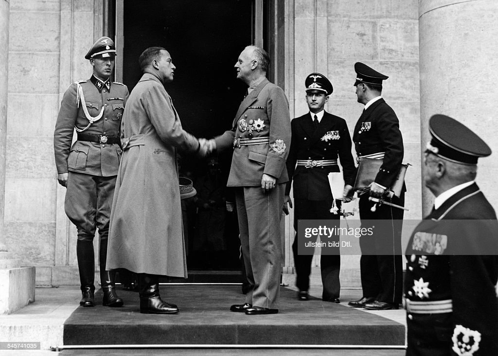 After the reception in the Chancellery of Adolf Hitler: German Foreign Minister Joachim von Ribbentrop is saying goodbye to the Italian Foreign Minister Count Galeazzo Ciano (left); behind Ciano: adjutant Richard Schulze-Kossens, quite right: Ministe : Nieuwsfoto's