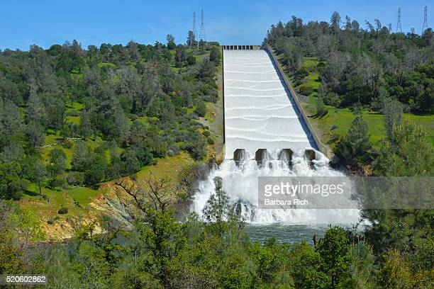 after years of drought, water is released down the spillway at oroville dam into the feather river oroville, california - カリフォルニア州オーロビル ストックフォトと画像