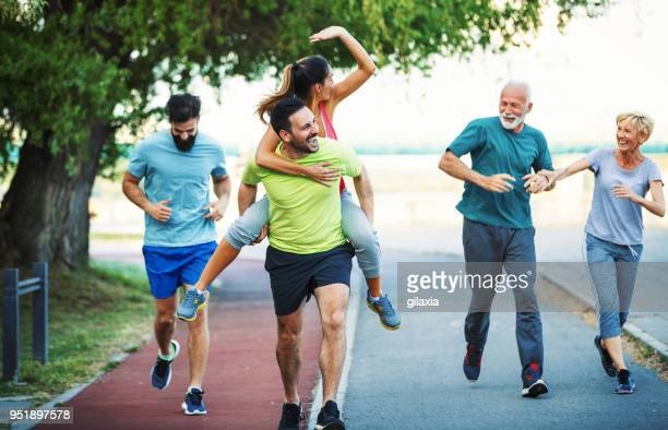 nachmittag joggen - körperbewusstsein stock-fotos und bilder