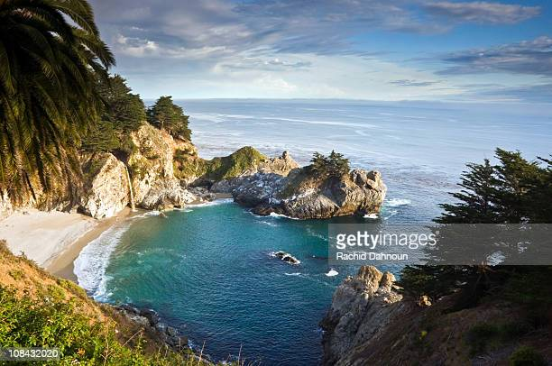 afternoon light at the classic big sur overlook in julia pfeiffer burns state park in california. - mcway falls stock pictures, royalty-free photos & images