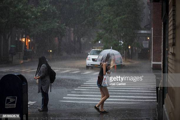 afternoon thunderstorm in new york city - pioggia forte foto e immagini stock