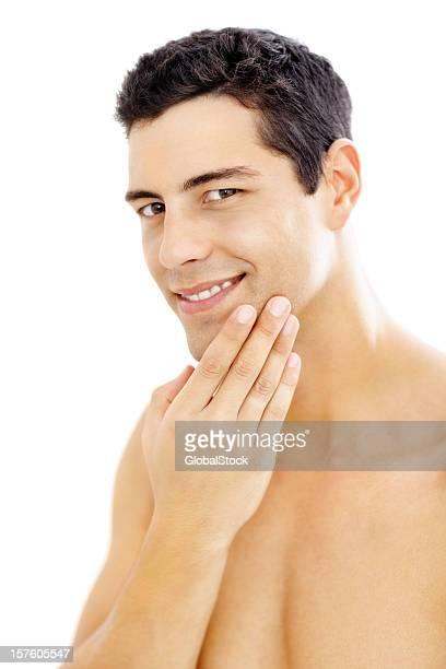 Après-rasage, souriant jeune homme isolé sur fond blanc
