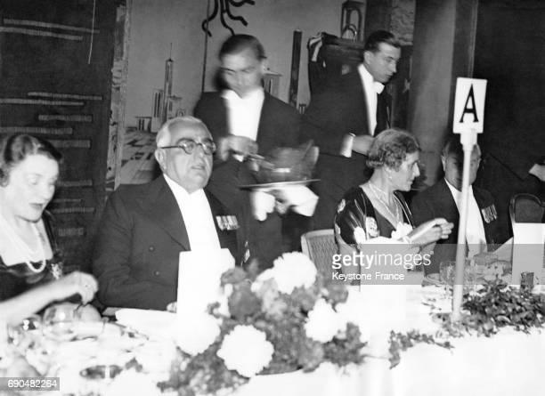 L'Aga Khan III et Lady Lloyd à sa gauche à Grosvenor house Park Lane lors d'une réception de la communauté musulmane de Londres le 27 octobre 1936 à...