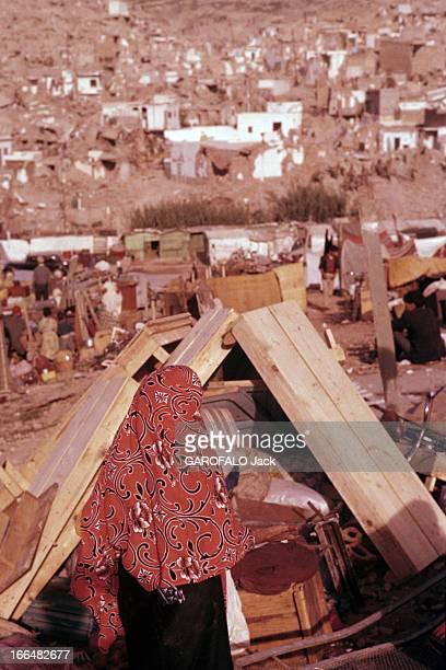 Agadir Earthquake Agadir mars 1960 Une femme de dos portant un voile devant un amas de meubles au bas de la ville détruite par un tremblement de...