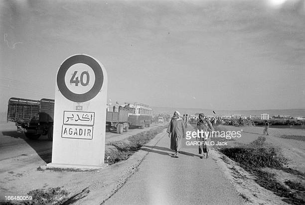 Agadir Earthquake Maroc Agadir mars 1960 La ville a été partiellement détruite par un tremblement de terre le 29 février 1960 Ici deux hommes...
