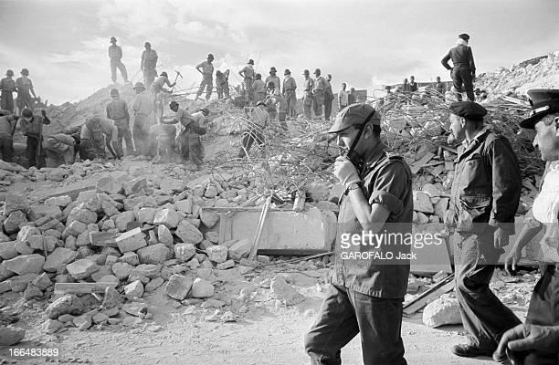 Agadir Earthquake Maroc Agadir mars 1960 La ville a été partiellement détruite par un tremblement de terre le 29 février 1960 Ici des hommes...