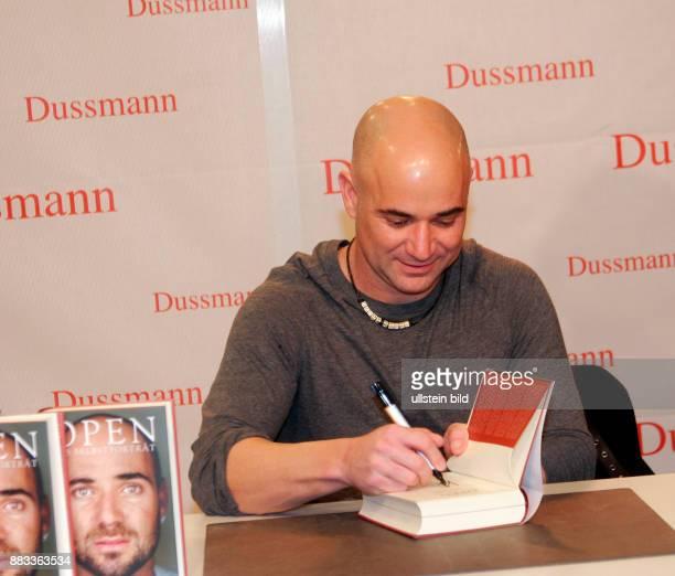 Agassi Andre Unternehmer USA signiert sein Buch 'Open' im Kulturkaufhaus Dussmann in Berlin