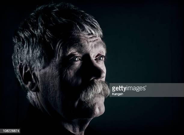 hombre anciano-bajo - clave baja fotografías e imágenes de stock