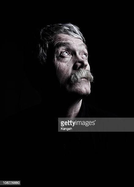 homem de idade-low key - low key - fotografias e filmes do acervo