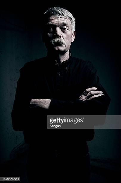 älterer mann-low-key - einzelner senior stock-fotos und bilder