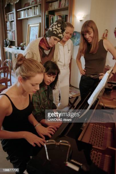 Agency Elite Young Models Hosted At The Villa 'bonheur' Paris octobre 1997 Les jeunes mannequins de l'agence ELITE à Paris pour les collections de...