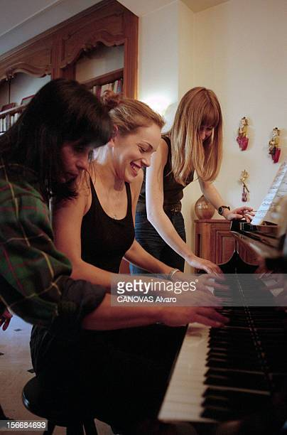 Agency Elite Young Models Hosted At The Villa 'bonheur'. Paris, octobre 1997. Les jeunes mannequins de l'agence ELITE à Paris pour les collections de...