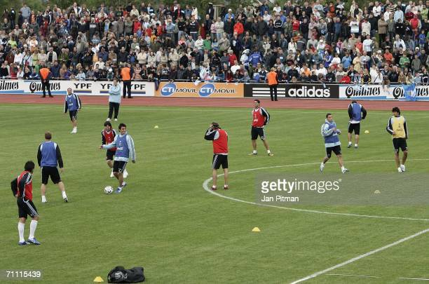 Ageneral view of the Argentinian national football team warming up during a Argentina team training session on June 3 2006 in Herzogenaurach Germany...