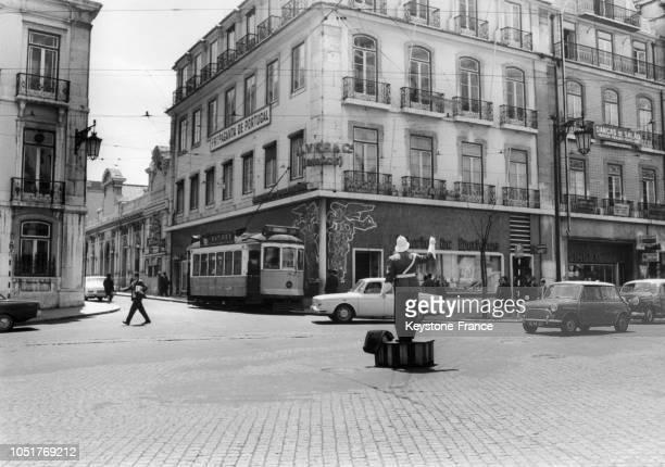 Agent de la circulation au centre d'un carrefour à Lisbonne Portugal en 1967