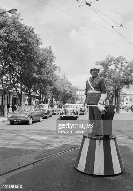 Agent de la circulation à un carrefour à Lisbonne Portugal en 1967