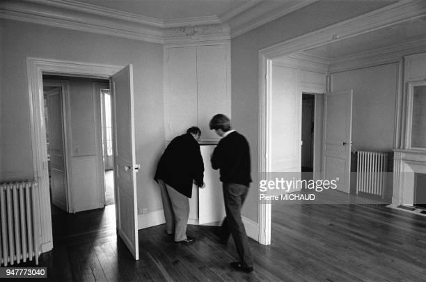 Agent immobilier faisant visiter un appartement mis en location en France