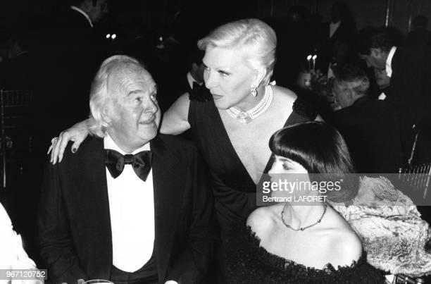 L'agent Johnny Stark avec les chanteuses Line Renaud et Mireille Mathieu lors d'un gala à Paris en France le 25 octobre 1979