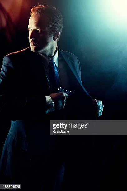 Agent Mann hält Hand Pistole