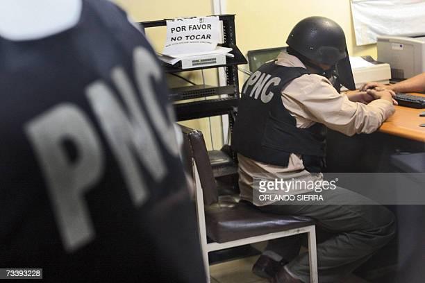 Agentes de la Policia Nacional Civil fichan en la Torre de Tribunales a uno de sus cuatro companeros entre ellos el jefe de la seccion contra el...