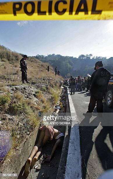 Agentes de la Policia Nacional Civil observan los cadaveres de siete personas en el sector de Las Charcas al sur de Ciudad de Guatemala el 09 de...