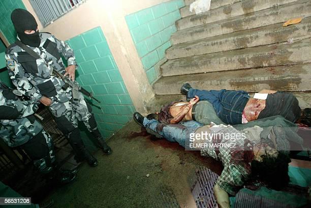 Agentes de la Policia Nacional observan a dos cadaveres en un corredor del modulo de maxima seguridad Casa Blanca en la Penitenciaria Nacional, en...