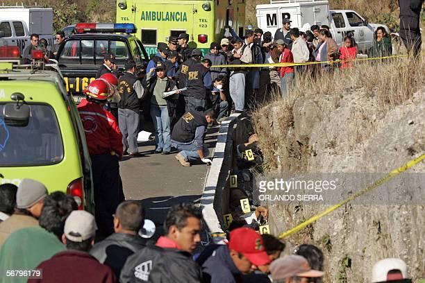 Agentes del Ministerio Publico cuerpos de socorro y agentes de la Policia Nacional Civil trabajan en el secor de Las Charcas al sur de Ciudad de...