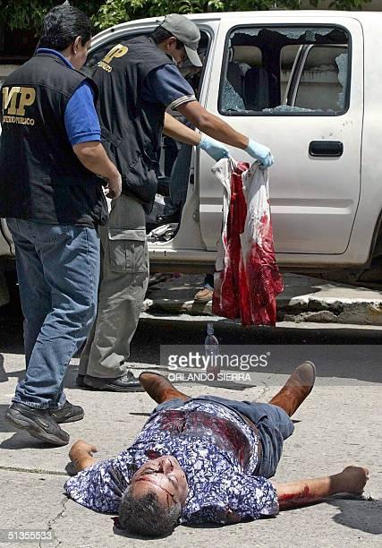 Agentes del Ministerio Publico realizan las primeras investigaciones el 24 de setiembre de 2004 en Ciudad de Guatemala sobre el asesinato de un...