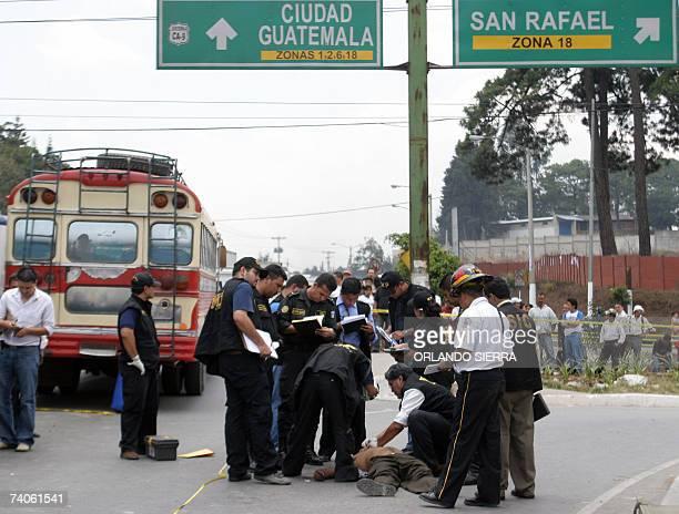 Agentes del Ministerio Publico y rescatistas del Cuerpo de Bomberos Voluntarios permanecen en la escena del crimen donde un conductor y el ayudante...