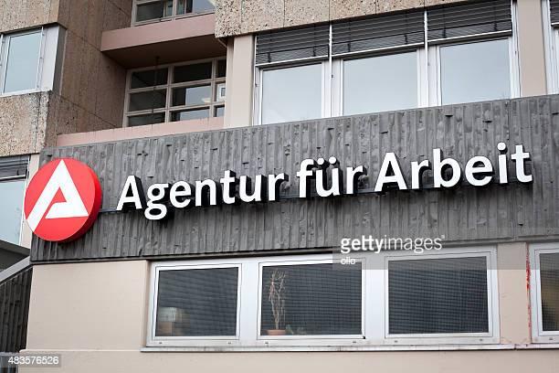 agentur fuer arbeit, o desemprego na alemanha - job centre - fotografias e filmes do acervo