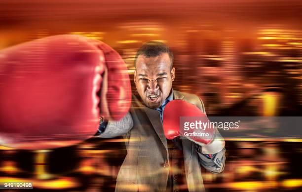 Agressieve atleet boksen met handschoenen en bedrijfsleven passen in stad