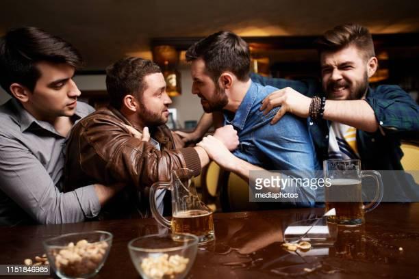 homens agressivos que têm a luta no pub - fight - fotografias e filmes do acervo