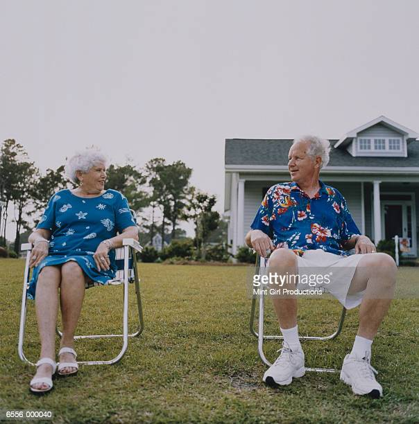 aging couple in lawn chairs - cadeira dobrável - fotografias e filmes do acervo