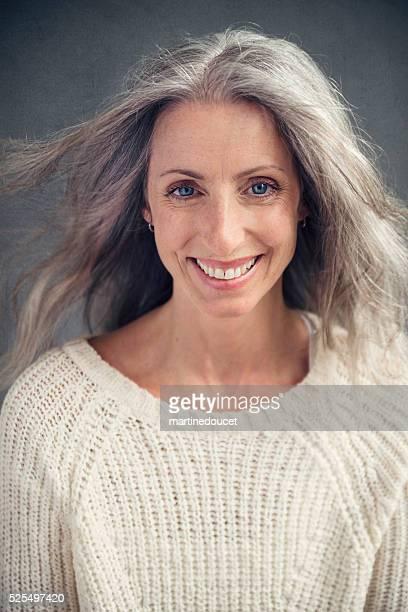 Aging-elegant, schöne Reife Frau mit Silber Haar Porträt.