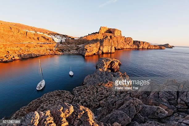 agios pavlos bay and the acropolis of lindos - lindos stockfoto's en -beelden