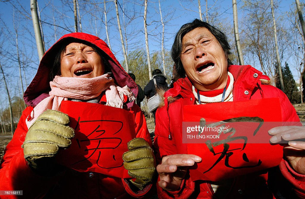 Agitated petitioners weep during a gathe : News Photo