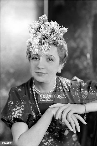 Agnes Rittener founding of the Agnes fashion firm presenting a hat of her creation 1939 LAG10285