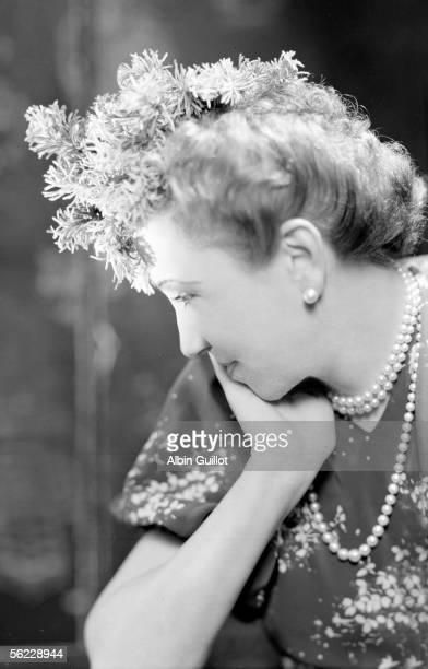 Agnes Rittener founding of the Agnes fashion firm presenting a hat of her creation 1939 LAG10286