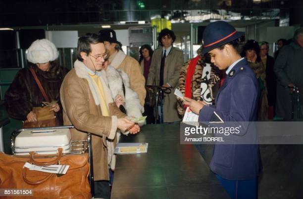 Agnet des douanes françaises à l'aéroport de RoissyCharles de Gaulle le 31 janvier 1986 France